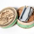 Um die Proben sicher zu schicken, verwendeten die Sammler oft einfallsreiche Verpackungen, z. B. diese kleine grüne Spanschachtel mit verziertem Deckel.