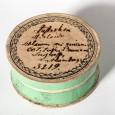Auch der Deckel der Sammlungsdose ist mit Informationen und einer Signatur beschriftet.