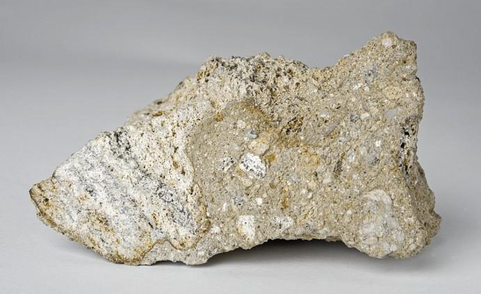 Dieses Gneis-Fragment aus dem Nördlinger Ries Krater in Süddeutschland enthält Diamanten