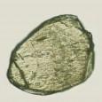 Lichtmikroskopische Aufnahme eines Diamanten mit einem Durchmesser von ca. 0.1 mm, der aus diesem Gneis-Fragment gewonnen wurde