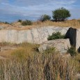 Mitarbeiter des Museums und Studierende im Salvamento Steinbruch im Vredeforter Einschlagkrater, aus dem die Platte stammt. Hier wurden einige Jahre lang große Blöcke von Baustein abgebaut, um zu Fassadenverkleidungen oder Fliesen umgestaltet zu werden.