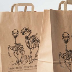 Für die Gestaltung dieser Einkaufstüten des Museumsshops standen zwei Papageienskelette aus der ornithologischen Sammlung Modell.